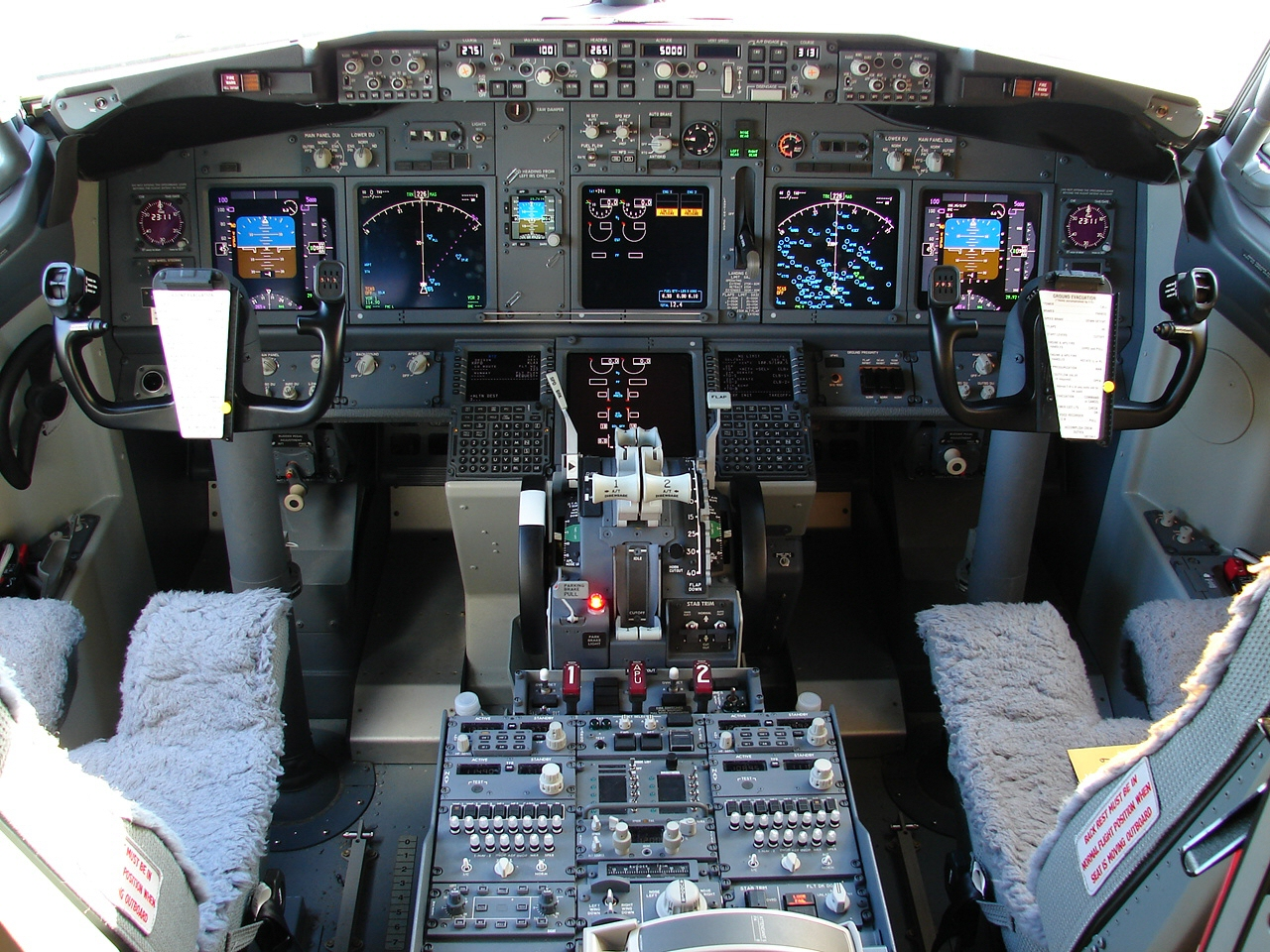 Photo of 737-800 flight deck